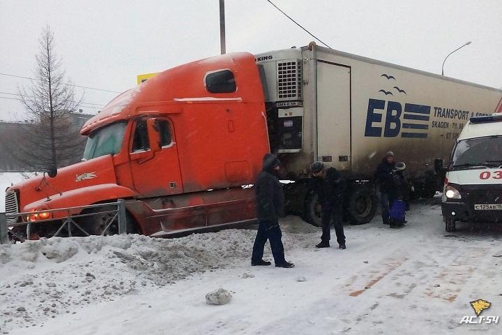 Пассажирская «Газель» и фургон столкнулись вНовосибирской области, пострадали 5 человек