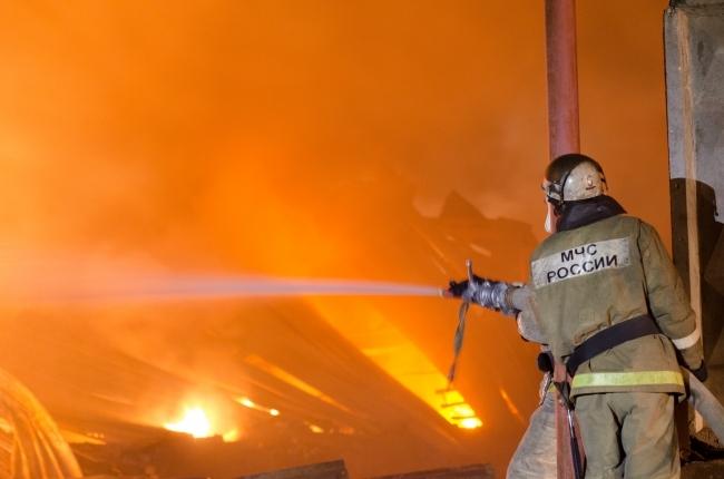 Пытавшийся прогреть машину электроплиткой магнитогорец спалил дом игараж