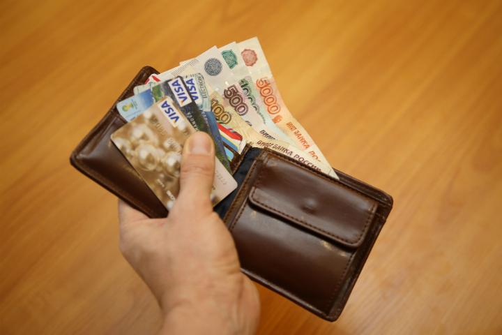 Сотрудники супермаркета украли скарты омички 200 000 руб.