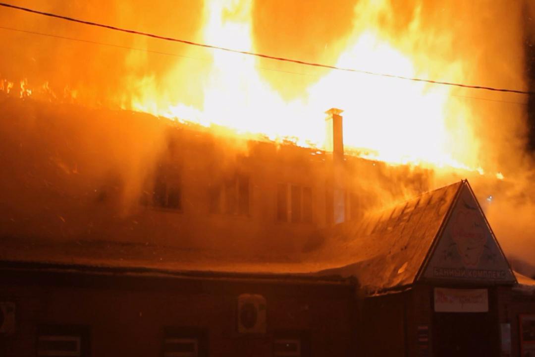 Серьезный пожар произошел вадминистративном помещении Барнаула