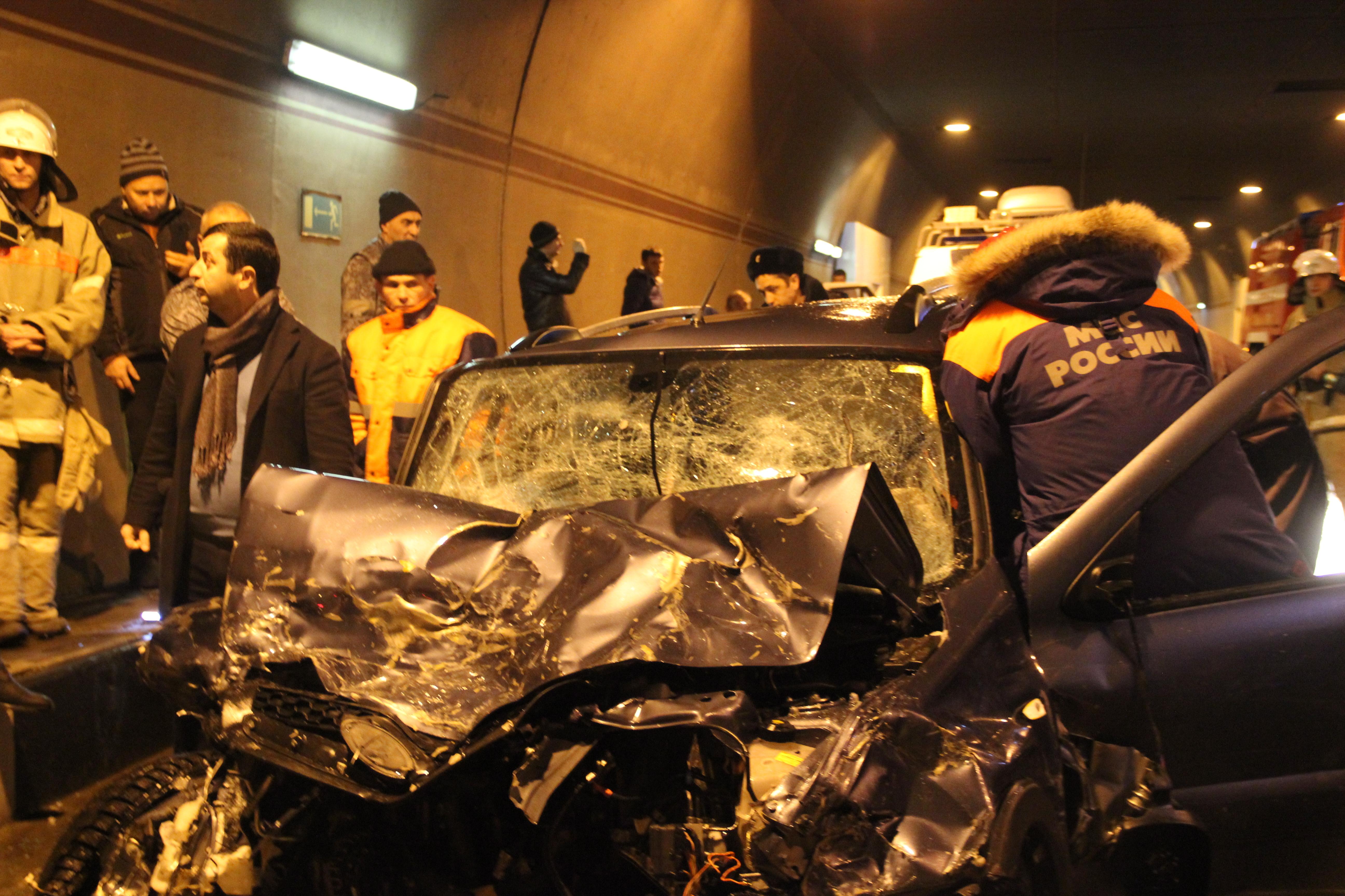 ВСочи cотрудники экстренных служб вытянули мужчину изискореженного вДТП авто
