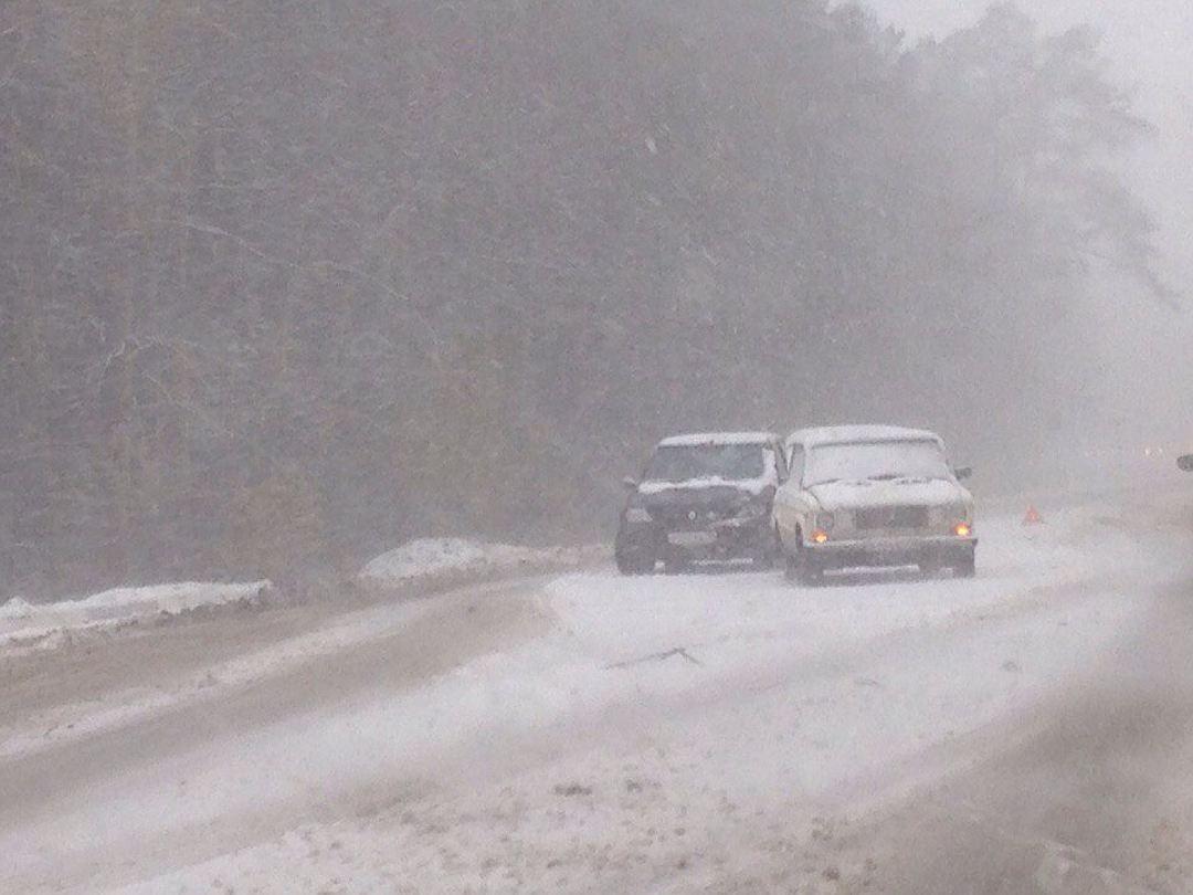 ГИБДД поУР предупреждает водителей озаносах иснежных накатах на трассах