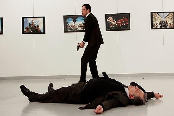 The Guardian разозлился на критика, восхитившегося снимками убийства Карлова