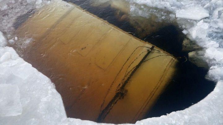 Многотонный грузовой автомобиль провалился под лед вПриамурье, шофёр пропал