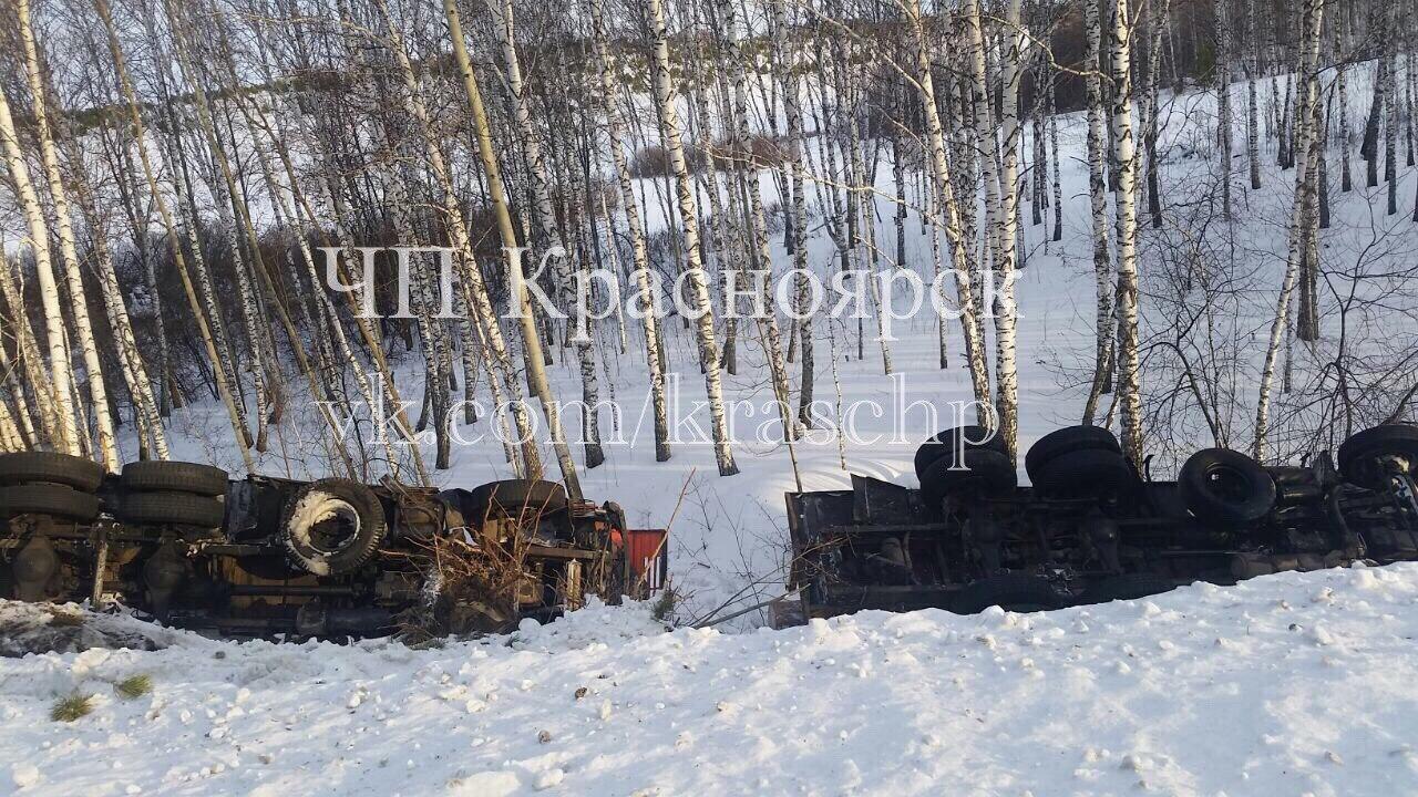 Два лесовоза улетели вкювет иперевернулись вКрасноярском крае