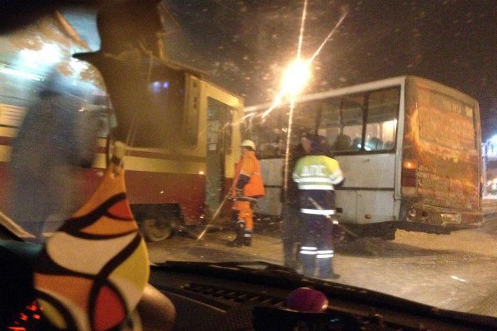 Столкновение маршрутки итрамвая вОзерках: есть пострадавшие