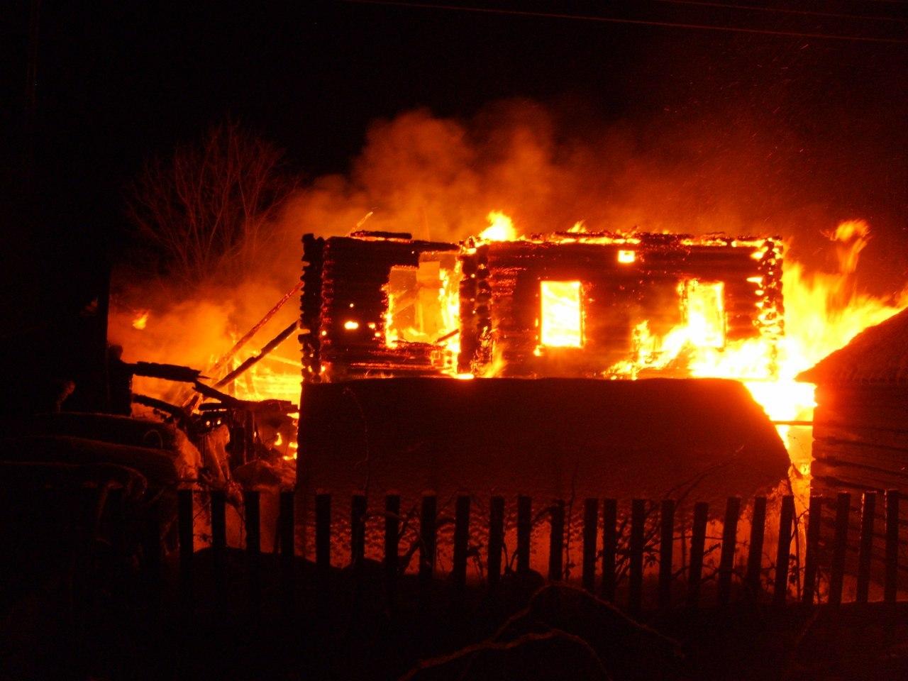 ВХаровском районе впламени  погибли теленок и 5  куриц