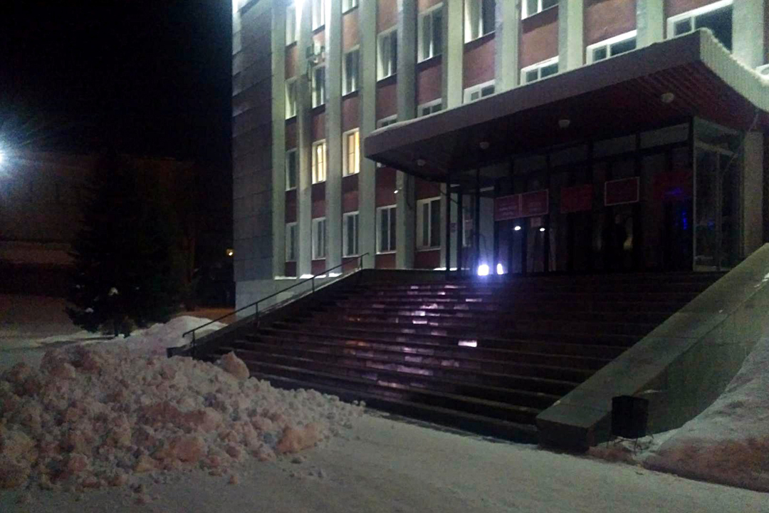 Шофёр КамАЗа выгрузил снег укрыльца администрации Бийска