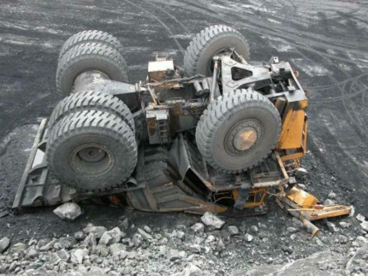 ВКрасноярском крае БелАЗ упал вкарьере с10-метровой высоты