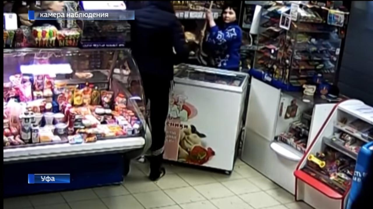 ВУфе продавщицы магазина отшлёпали вооружённых преступников метлой