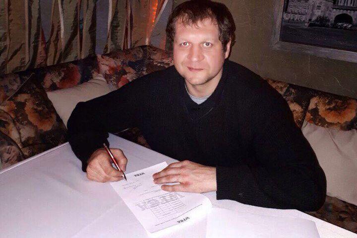 Емельяненко в момент подписания контракта. Фото: https://vk.com/fc_akhmat