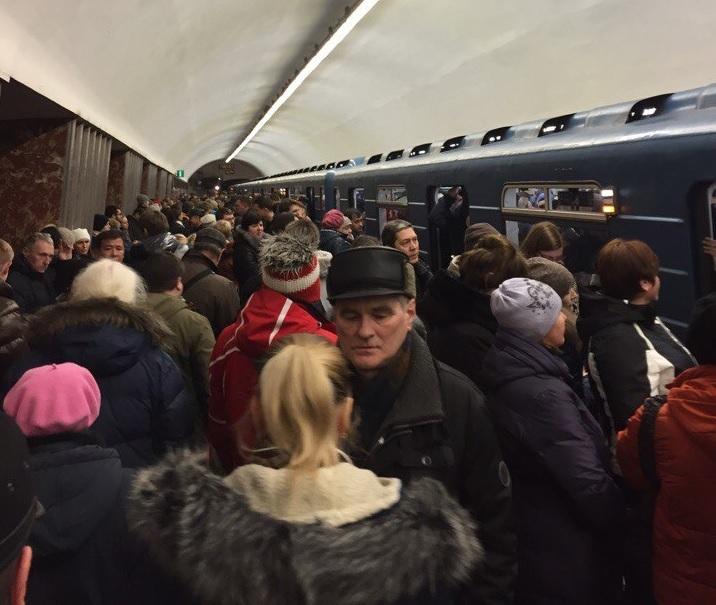 Синяя ветка петербургского метро «встала» из-за сломанного светофора
