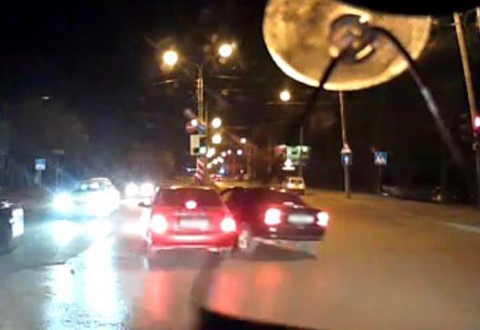 Дерзкий шофёр начерном «Опеле» протаранил два автомобиля и исчез вРостове