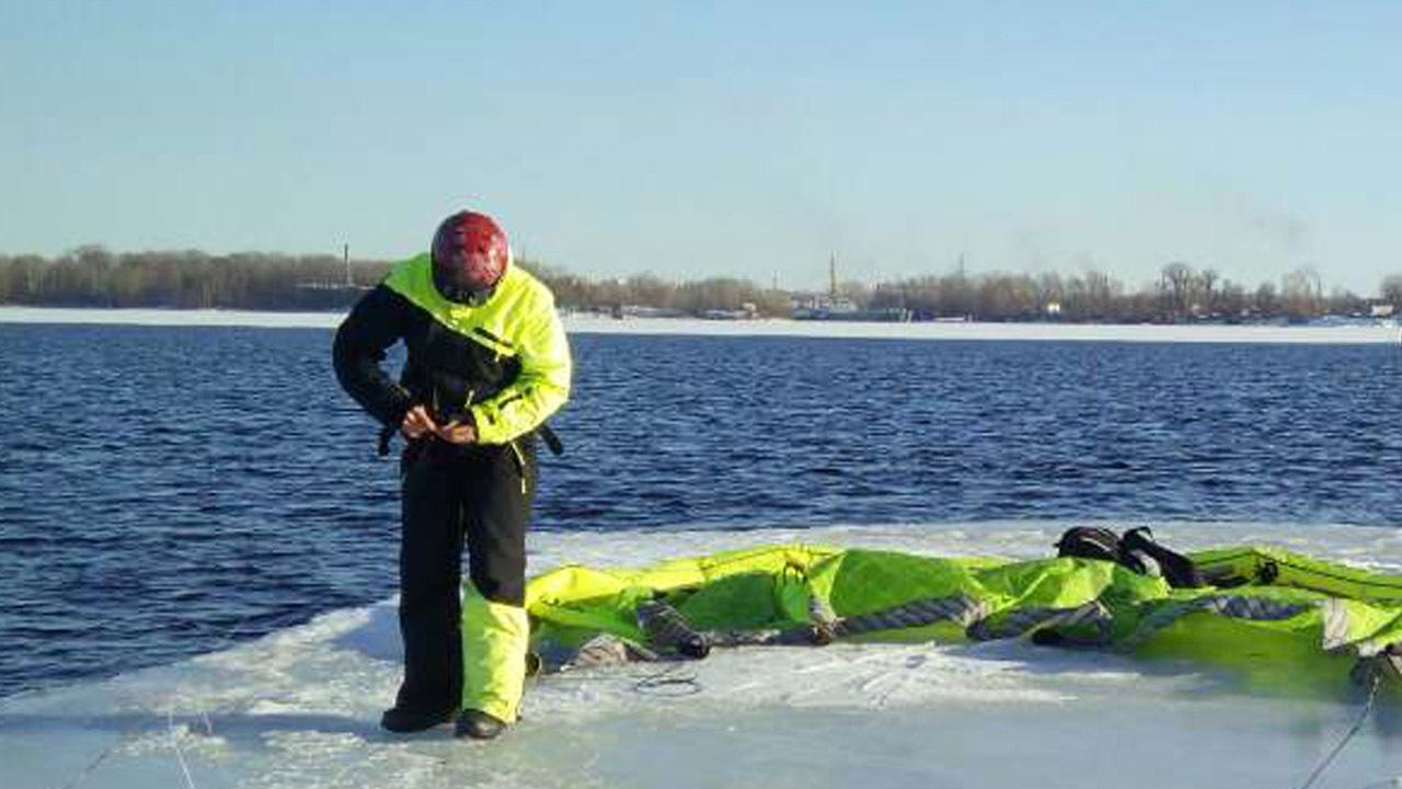 НаВолге сдрейфующей льдины эвакуировали кайтсерфингиста, укоторого сложился парашют
