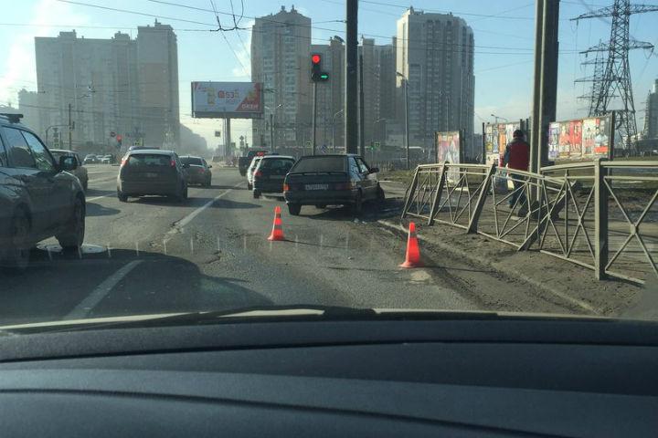 Насевере Петербурга машина вылетела натротуар исбила женщину-пешехода