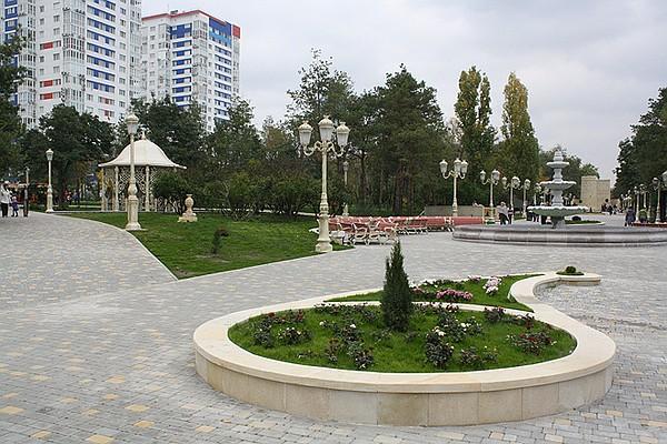 """Центральный парк культуры и отдыха в Волгограде теперь не узнать. Красивые и аккуратно вымощенные аллеи, фонтан, скамеечки, фонари, ажурные беседки, газон... После реконструкции он называется """"Парк Дружбы: Волгоград - Баку"""" и выглядит очень гостеприимно."""