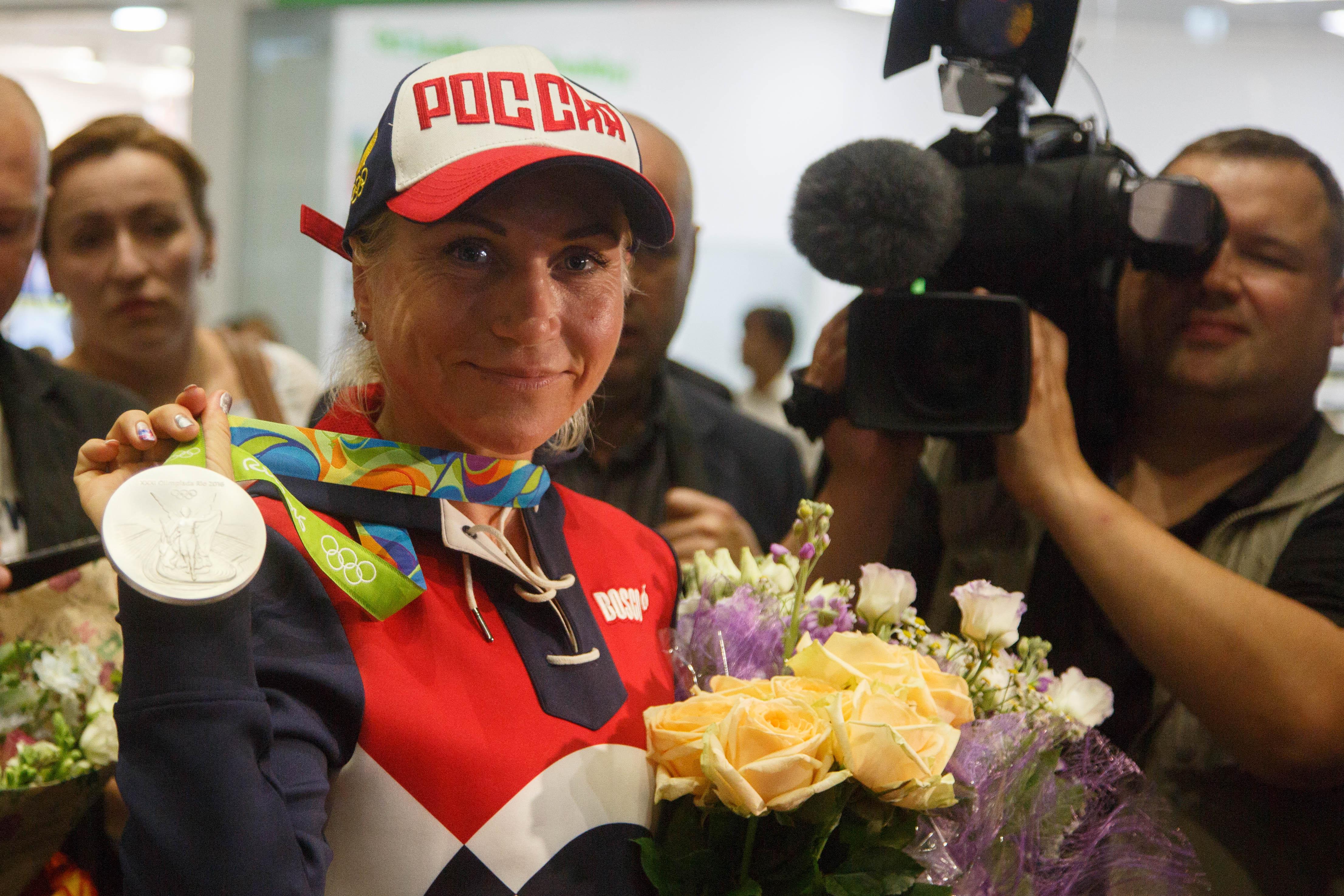 В Пулково нашу чемпионку встречали мама, сын, болельщики, юные спортсмены и, конечно, целая стая журналистов и чиновников.