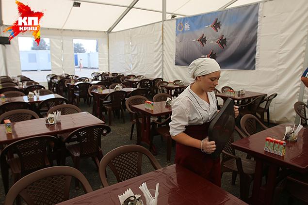 Столовая — огромный белый шатер Фото: Александр КОЦ, Дмитрий СТЕШИН
