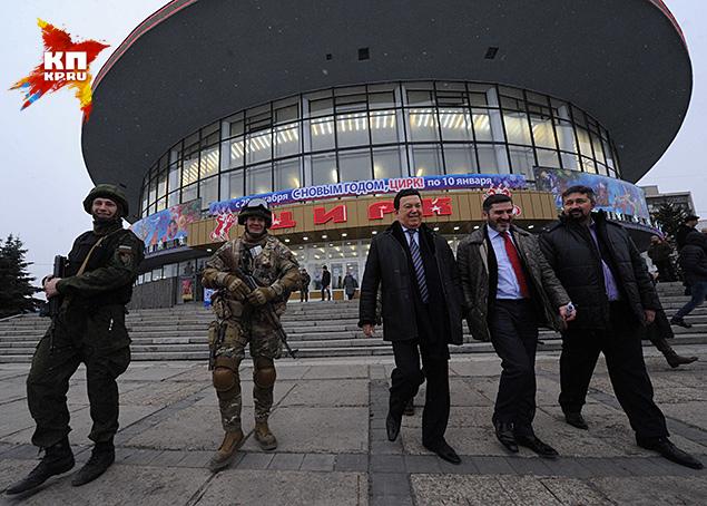 Тем не менее, охране было велено удалиться. Она и удалилась...метра на полтора от охраняемых лиц Фото: Владимир ВЕЛЕНГУРИН