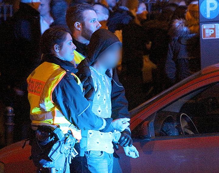Задержание участника уличных беспорядков. Фото: EASTNEWS/AFP