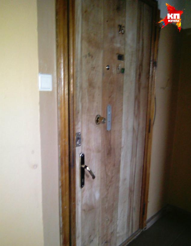 Дверь в элитную квартиру семьи Мухаметзяновых заменить средств нет Фото: Анастасия ПИГУЛИНА
