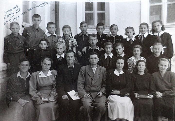 Подпись - Коллектив школы 18, в центре первого ряда сидит Семен Золотарев