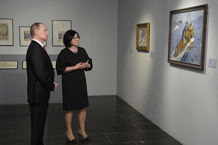 По ходу экскурсии президент обнаружил хорошее знакомство с биографией художника. Фото: РИА Новости