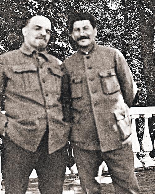 Этот снимок из-за плохого качества - сразмытыми образами вождей, но резким задним фоном - не мог появиться в советское время, а потом застрял в архивах на многие десятилетия. Но и его тоже рассекретили. Владимир Ленин и Иосиф Сталин. Начало 1922 года. (П