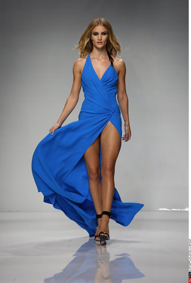 Вместе с Ириной на Парижской Неделе моды прошла по подиуму невеста Джейсона Стэтхема - британская супермодель Рози Хантингтон-Уайтли. Фото: EAST NEWS.