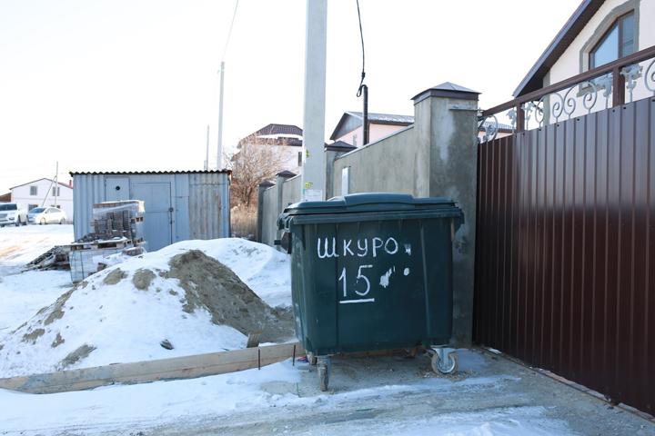 Позорная для города-героя фамилия красуется возле одного из недавно построенных особняков Фото: Пауль ГУРИН