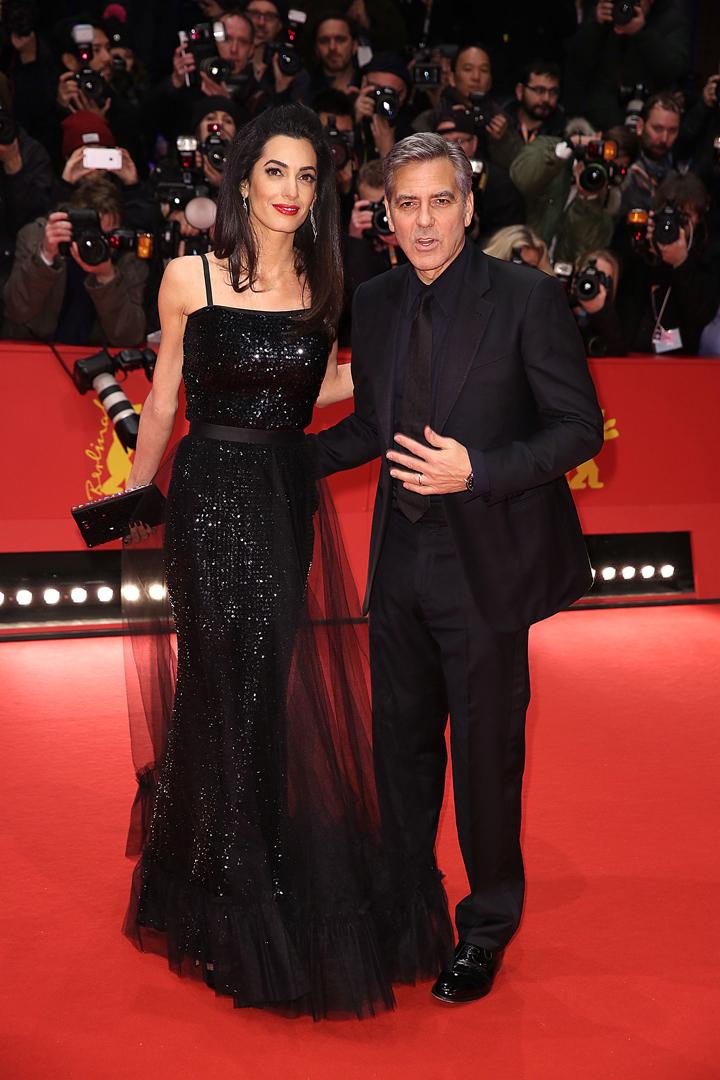 На красной дорожке центром внимания стал вовсе не 54-летний голливудский небожитель, а его красавица жена. Фото: SPLASH NEWS