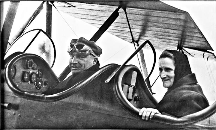 «Валерий Чкалов с матерью. 1июня 1936г. Фото А.Капелюша». Фото: ТАСС