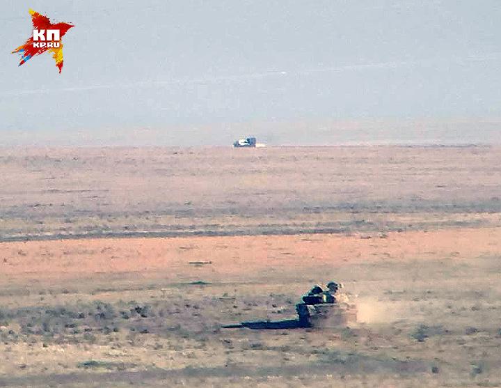 В какой-то момент прямо напротив одного из танка выезжает пикап террористов ИГИЛ с зенитной установкой. Фото: Александр КОЦ, Дмитрий СТЕШИН