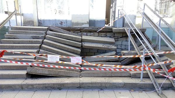 В больнице Симферополя рухнула лестница. Пострадал ребенок [Фото] фото