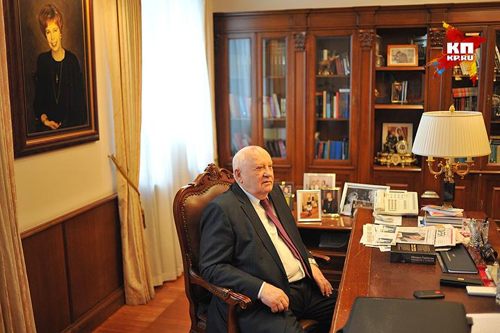 Михаил Горбачев в своём рабочем кабинете. Фото: Виктор ГУСЕЙНОВ