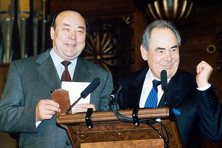 2001 год. 12 апреля. Минтимер Шаймиев официально вступил в должность президента Татарстана на третий срок. Поздравления от Муртазы Рахимова. Фото Фото Михаила Козловского (ИТАР-ТАСС)