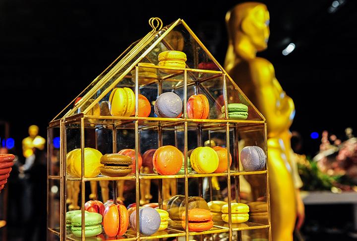 Для пирожных макарони соорудили специальную золотую клетку. Фото: EAST NEWS.