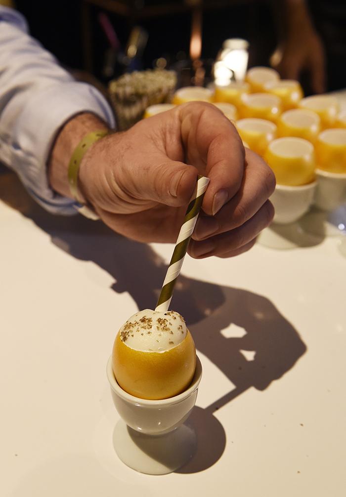 ...подается в рюмочках в виде золотых яиц. Фото: EAST NEWS.