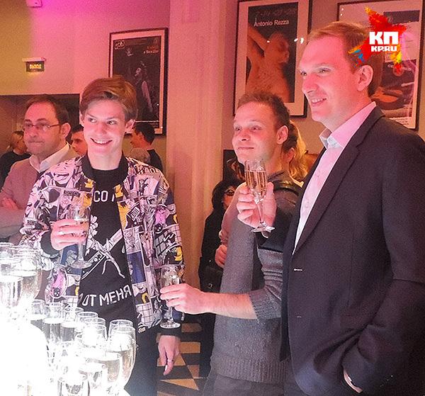 Павел Табаков с шампанским. Фото: Анастасия ПЛЕШАКОВА