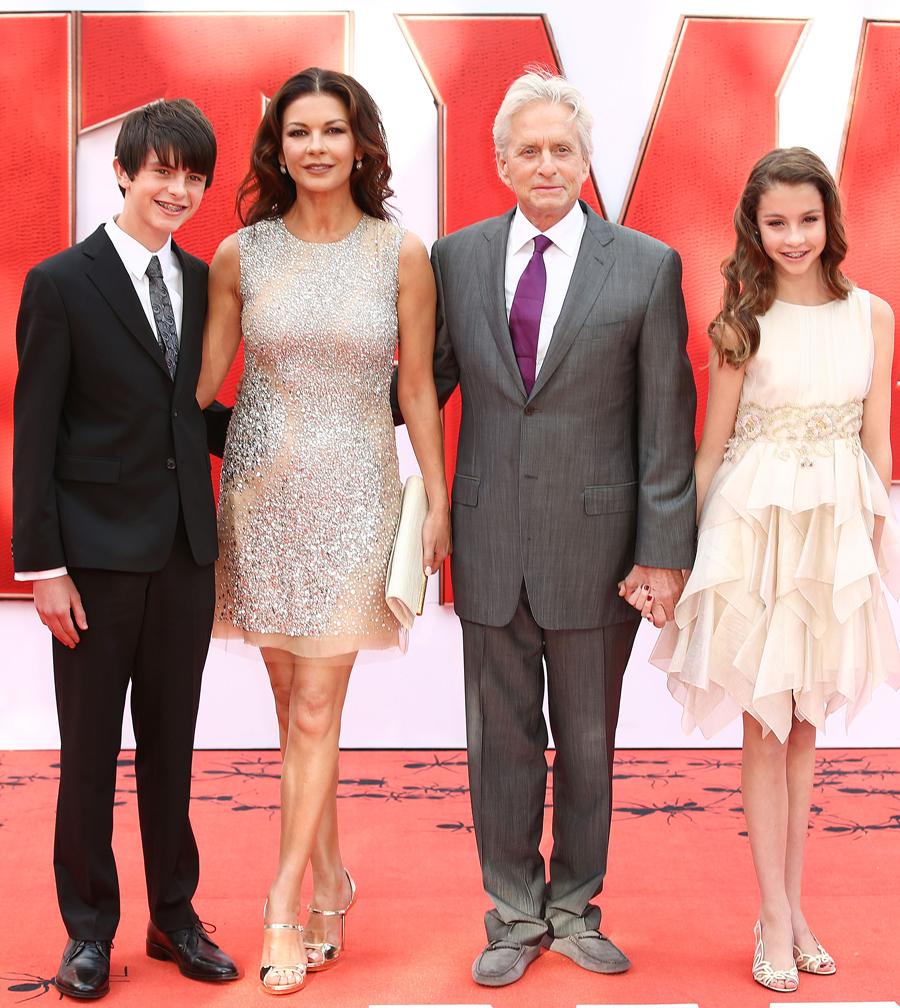 Майкл с женой Кэтрин Зета-Джонс, сыном Диланом и дочкой Кэрис. Фото: EAST NEWS.