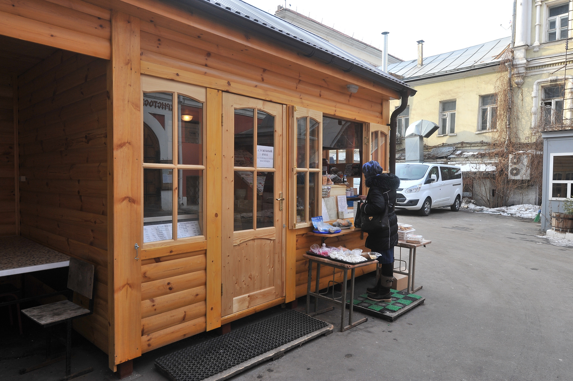 Во дворе Заиконоспасского монастыря продают монастырскую выпечку, а еще тут бывает и свежая рыбка. Фото: Михаил ФРОЛОВ