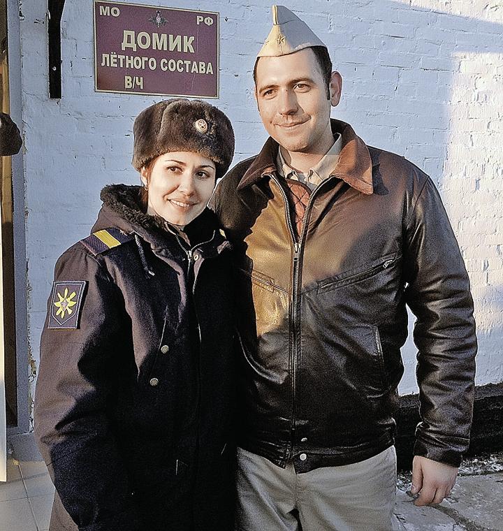 Пилота Су-25 старшего лейтенанта Александра вКраснодаре встречала однополчанка и родная сестра Ирина, она служит связистом. Муж Ирины тоже пилот Су-25 и на днях должен вернуться изСирии. Ждут не дождутся, когда соберутся дома за большим столом все вме Фото: Ольга СУХОВА