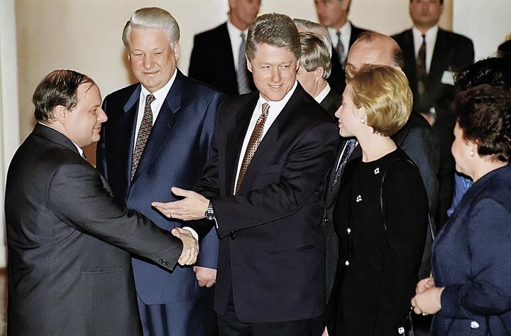 Слева направо: Егор Гайдар, Президент РФ БорисЕльцини президент США Билл Клинтон во время встречи врезиденции американского посла «Спасо-Хаус». Фото: Alexander Sentsov; Alexander Chumichev/ТАСС