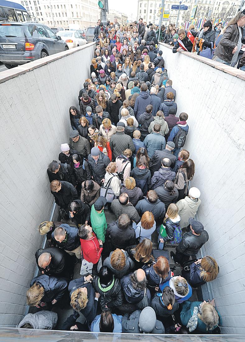 Часто люди теряются, не на темных улицах,  а в толпе, среди бела дня. Фото: Михаил ФРОЛОВ