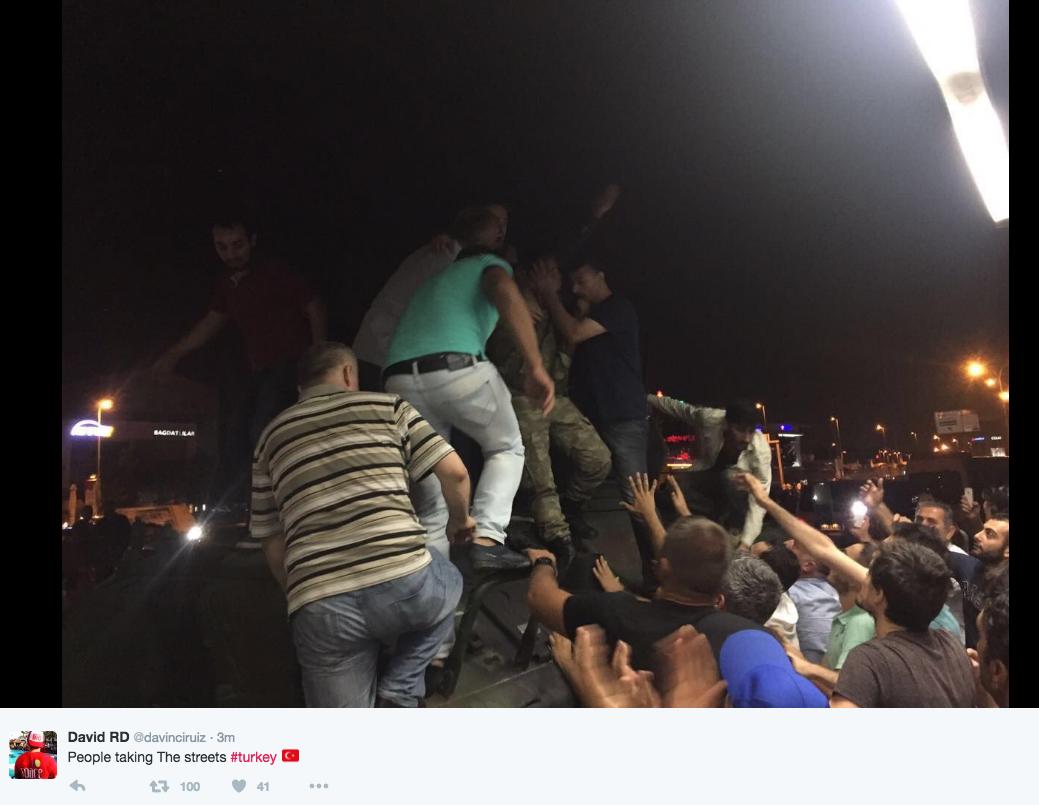 В Стамбуле люди взбираются на танки, выведенные на улицы Фото: СОЦСЕТИ