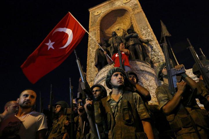 Военные захватили все основные стратегические объекты в двух городах Турции Фото: REUTERS