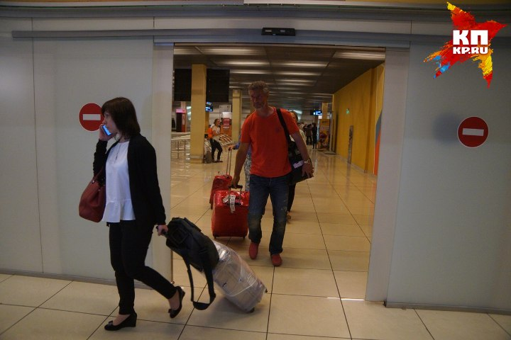 В какой-то момент всех напугал внезапно вышедший из терминала мэр Екатеринбурга Евгений Ройзман Фото: Алексей БУЛАТОВ
