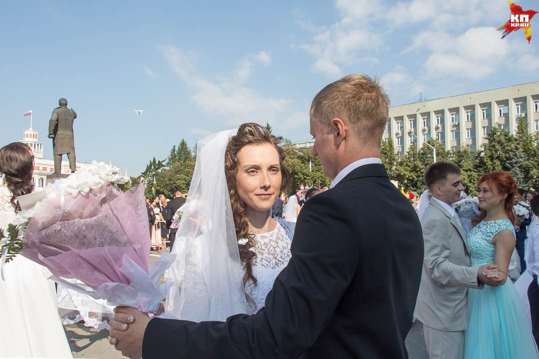 Тулеев поздравил вцентре Кемерова 100 пар поженившихся вДень шахтера