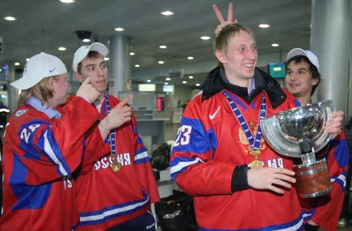 Молодежная сборная по хоккею в аэропорту так празднует успех, что команду снимают с рейса. Теперь спорят: чего не хватило этим парням - патриотизма или воспитания?