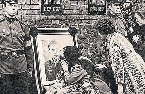 Урну с прахом героя-космонавта захоронили в Кремлевской стене.